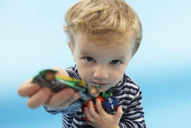 малыш дарит игрушку