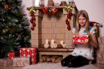 девочка подросток с подарком