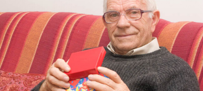 80 летний мужчина с подарком